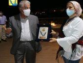 """محافظ جنوب سيناء يشيد بأعمال رسم الجداريات لطلبة قسم الزجاج بـ""""فنون حلوان"""""""