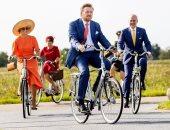 ملك هولندا وزوجته يزوران فريزلاند بالدراجات ويلتقيا صغار المزارعين.. صور