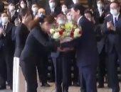شينزو آبى يغادر مقر الحكومة اليابانية للمرة الأخيرة وسط تصفيق الحضور.. فيديو