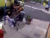 سقوط امرأة مسنة على الأرض بسبب عطل بذراع شاحنة القمامة بنيويورك.. فيديو