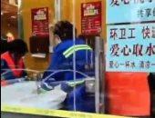 مطعم صينى يبنى غرفة لغسل أيدى عمال النظافة والتوصيل للوقاية من كورونا.. فيديو