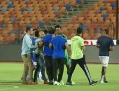 شاهد إمام عاشور يضرب لاعب أسوان بزجاجة المياه.. وتدخل مدحت عبد الهادى
