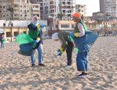 صور ..حملة لنظافة شاطئ الآنفوشى من المواد البلاستيكية فى اليوم العالمي للنظافة