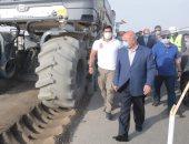 """وزير النقل يتابع تنفيذ المرحلة الأولى من مشروع ازدواج طريق """" قنا - الأقصر """""""