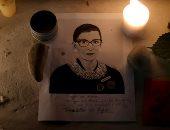 """أمريكا تودع """"روث بادر جينسبيرج"""" أيقونة العدالة الأمريكية بالورد والشموع.. ألبوم صور"""