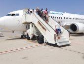 مطار الغردقة يستقبل رحلة قادمة من بلغاريا تقل 145 سائحا بالورود.. صور