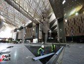 وصول عمودين للملك رمسيس وتثبيت تمثالين ملكيين ببهو المتحف الكبير..  فيديو