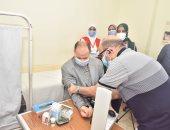 محافظ أسيوط يخضع للكشف الطبى وقياس الضغط والسكر بمبادرة 100 مليون صحة
