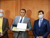 وزير الرياضة وحسن مصطفي يكرمان منتصر النبراوي بعد التنظيم المبهر لمونديال اليد