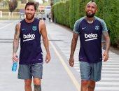 ميسى يودع صديقه أرتورو فيدال بعد انضمامه لإنتر ميلان ومغادرة برشلونة.. صورة