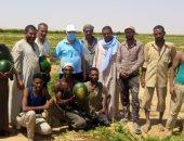 وزير الرى يلتقط صور تذكارية مع مزارعين يستخدمون الرى الحديث فى أسوان