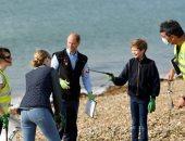أسرة الأمير إدوارد يشاركونه في تنظيف شواطئ بريطانيا.. صور