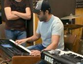 تامر عاشور يكشف عن موهبته فى العزف على البيانو.. فيديو