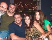 أحمد العوضي وياسمين عبد العزيز وأصدقاؤهما في أحدث ظهور على ضفاف النيل