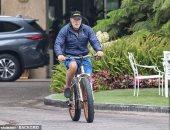 أرنولد شوارزنيجر وحيدا فى جولة على الدراجة فى سانتا مونيكا بكاليفورنيا