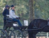 صوفى ويسيكس أنيقة فى ملابس رياضية وتقود عربة تجرها الخيول فى أحدث ظهور