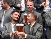نجوم بايرن ميونخ يحتفلون بلقبى البوندزليجا ودورى الأبطال بشرب البيرة .. صور