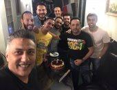 مصطفى قمر يحتفل بعيد ميلاده مع ابنه إياد وأصدقائه.. صور