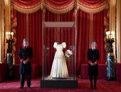فستان مرصع بالماس للملكة إليزابيث فى معرض للجمهور بلندن .. ألبوم صور