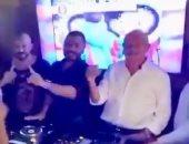 تامر حسنى يحتفل بنجاح أغنية اختراع مع محمود العسيلى ونجيب ساويرس.. فيديو