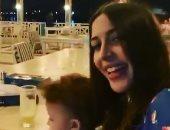 جنات تحمل ابنتها وتغنى لـ عبد الحليم حافظ على العود.. فيديو