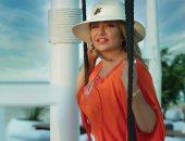 ليلى علوى بإطلالة مبهجة فى أحدث جلسة تصوير على البحر بالساحل.. صور