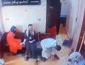 """""""موت الغفلة"""" يداهم رجلا داخل عيادة طبيب خلال اصطحاب زوجته المريضة.. فيديو"""