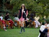 أزياء مبهرة وسط الأشجار في عروض الموضة بميلانو الإيطالية.. ألبوم صور