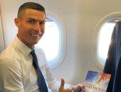 كريستيانو رونالدو يقرأ ويتعلم على الطائرة  .. صورة