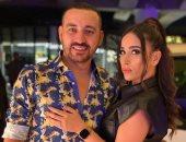"""محمد دياب بـ""""لوك تسعيناتى"""" مع زوجته هاجر الإبيارى: """"حاسس إنى حزلقوم"""""""