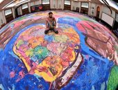 """لوحة عملاقة بحجم ملعبين كرة قدم.. رسام بريطانى يستعد لدخول """"جينيس"""" من دبى"""