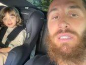 جولة عائلية بالسيارة يقودها راموس وطفله بعد فوز الملكي على ريال بيتيس.. فيديو وصور