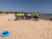 حملة لتنظيف شاطئ الكيلو 8 ووضع سلات قمامة بسفاجا.. صور