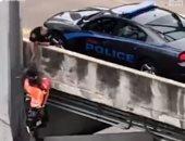 شرطى أمريكى ينقذ كلبا قبل سقوطه من فوق نهر المسيسيبى.. فيديو