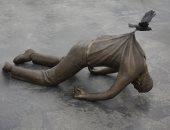 """100 منحوتة عالمية.. """"المرور"""" عمل فنى يثير الحزن"""