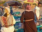 """""""القراءة أمام البحر"""" مبادرة لشباب من العريش لتوفير الكتب لرواد الشاطئ"""