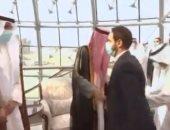 أمير الكويت يتقدم مستقبلي جثمان الشيخ صباح الأحمد بعد وصوله أرض المطار