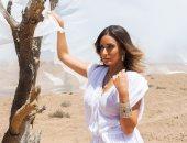 """أمينة خليل تتألق بـ""""الأبيض"""" وسط الصحراء فى أحدث جلسة تصوير"""