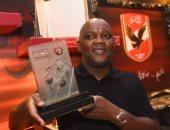 موسيمانى حاملا جائزة نادى القرن: الأهلى بطل أبطال أفريقيا الحقيقى.. صور