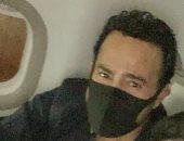 عاصى الحلانى وابنه على متن الطائرة قبل المشاركة باحتفالات أكتوبر بالقاهرة