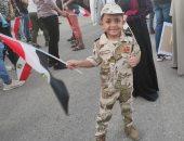 طفل بالزى العسكرى يرفع علم مصر بالشرقية احتفالا بنصر أكتوبر ودعم الرئيس والدولة