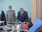 محافظ المنيا يتابع حالة المصابين فى حادث تصادم سيارتين بالصحراوى الغربى.. صور