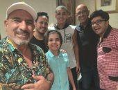 محمد لطفى يحتفل مع أشرف عبد الباقى بعرض مسرحية صباحية مباركة