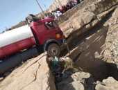 الأمن ينقذ سائق نقل حاول الانتحار بسيارته من أعلى جبل فى أسوان