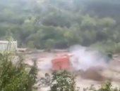 """عاصفة """"أليكس"""" تكتسح منزلا بعد إغراق الطرق في فرنسا.. فيديو"""