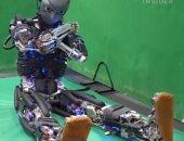 روبوت يقتحم عالم الرياضة ويعلم البشر تمارين شاقة داخل صالة الجيم.. فيديو
