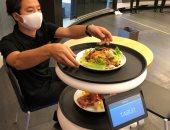 """""""سيرفى"""" روبوت جرسون لتقديم الطعام والحفاظ على التباعد الاجتماعى.. صور"""