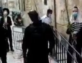 مستوطنون يؤدون صلواتهم التلمودية بطريقة استفزازية عند أبواب الأقصى.. فيديو