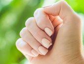 """7 مشاكل محتملة وراء الأظافر المكسورة """"غير إنك اتحسدتى"""".. من الصابون للجفاف"""