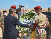 محافظ الإسماعيلية ومدير الأمن يضعان إكليل زهور على النصب التذكارى للشهداء